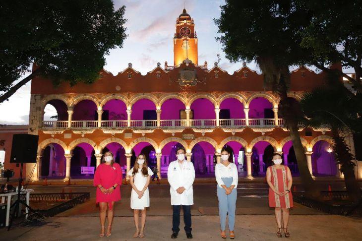 La Jornada Maya - Iluminan de rosa el Palacio Municipal y el Monumento a la  Patria